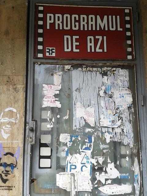 Az utcán a hirdetőfelület még a kommer időszakból maradt