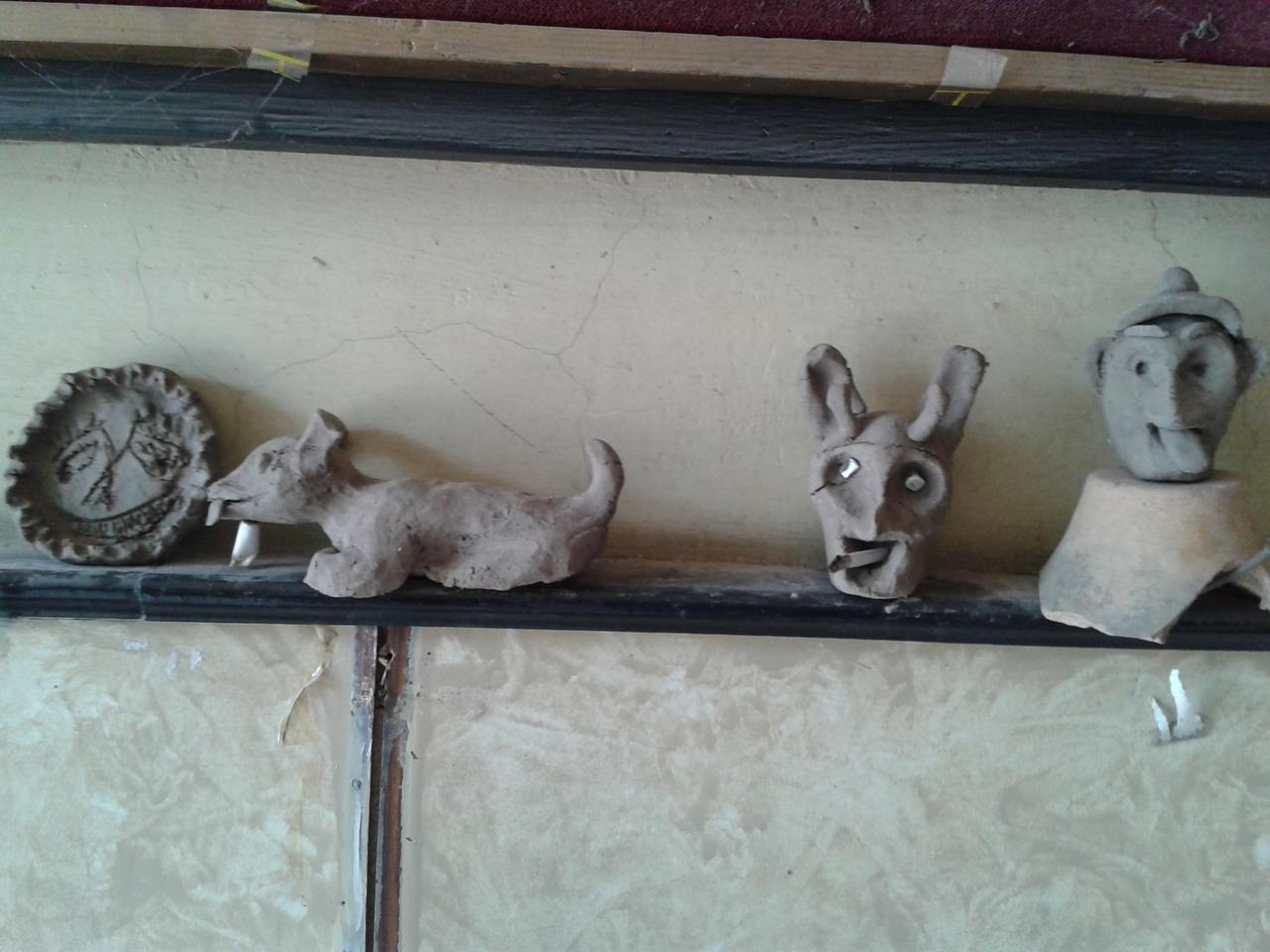 A kitermelt agyagos földből készített figurák, a volt mozi előcsarnokában