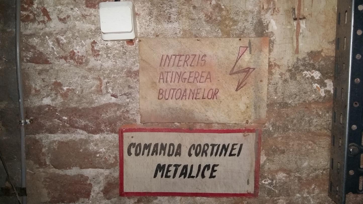 A vasfüggöny elvileg innen ereszthető le. (Gyakorlatban nem tudom, mert gombot itt nem láttam, lehet, már máshol van. Mondjuk épp Orbán Viktornál, ahogy elnézem a külpolitikáját.)