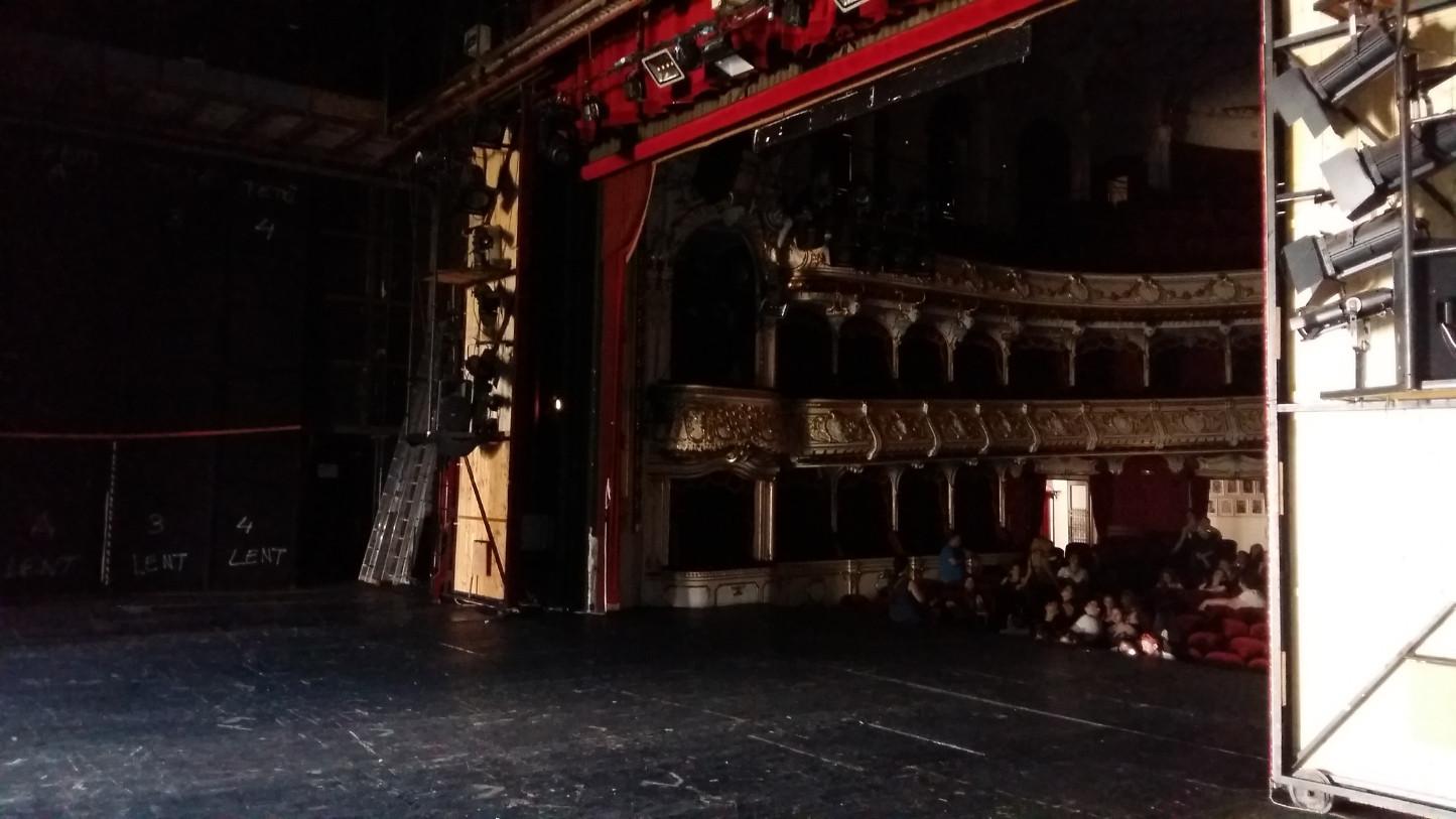 Ez is a színpad, úgy, ahogy a közönség nem látja.