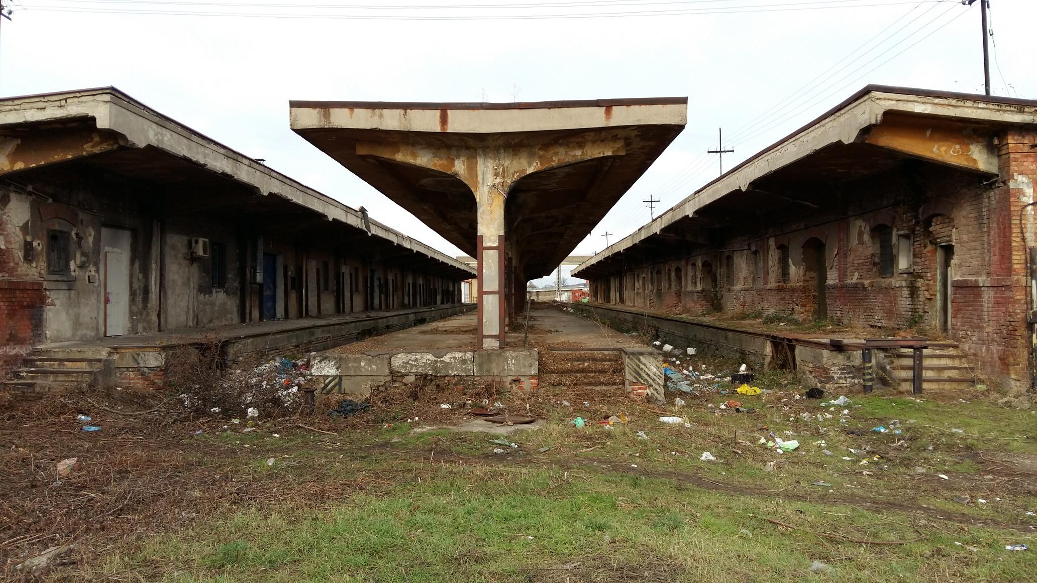 És így kerültem a volt vasúti vám épületeihez, ami a Magyarország és Románia közötti vasúti forgalomban szükséges vámolást látta el. Biharpüspökiben, azaz a határhoz közelebb is van egy vasúti vám, az most is működik. Jó lassan amúgy.