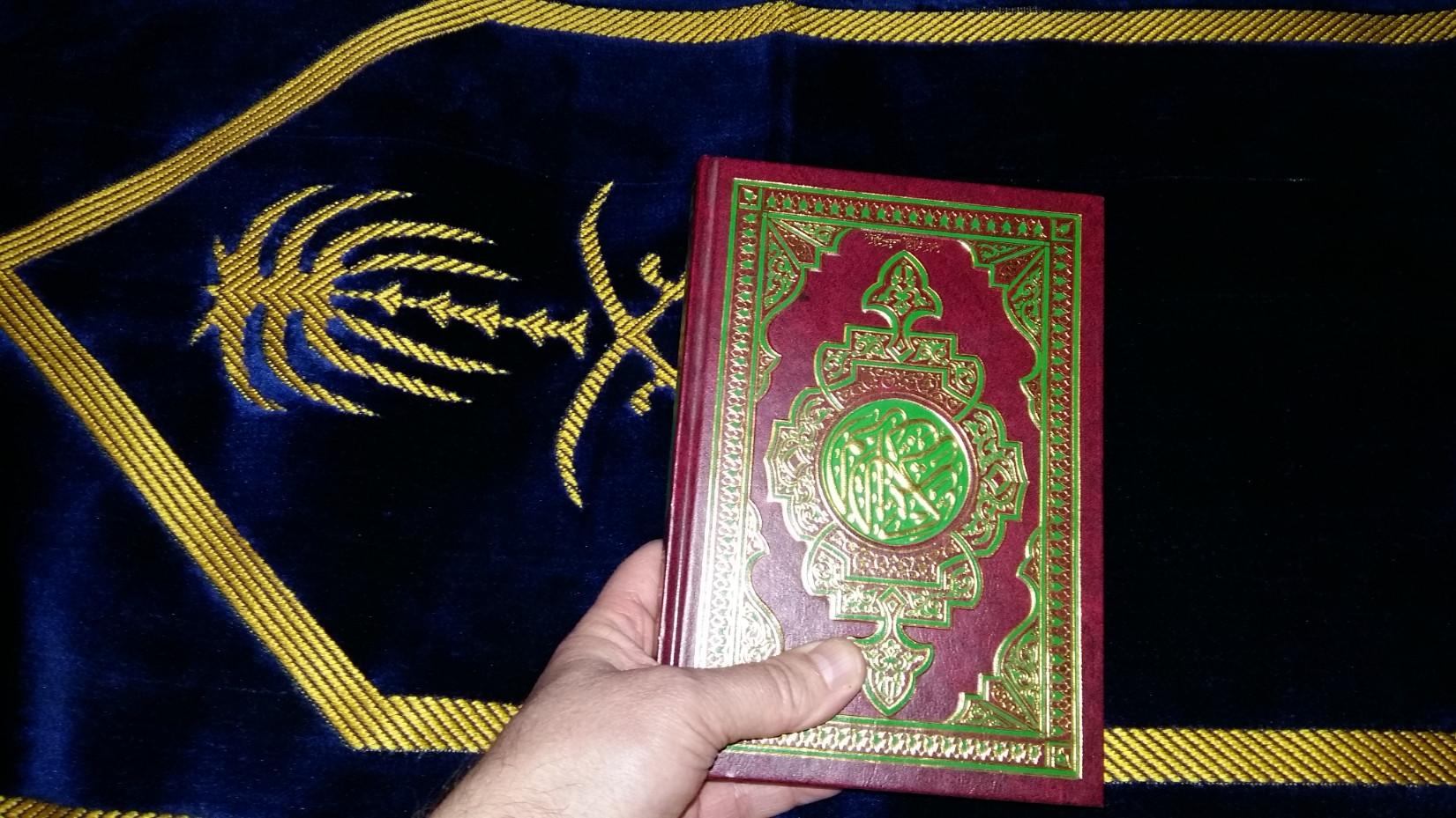 Ahogy nálunk sokfelé Biblia van a szállodai szobákban, itt imaszőnyeget és Koránt találtam