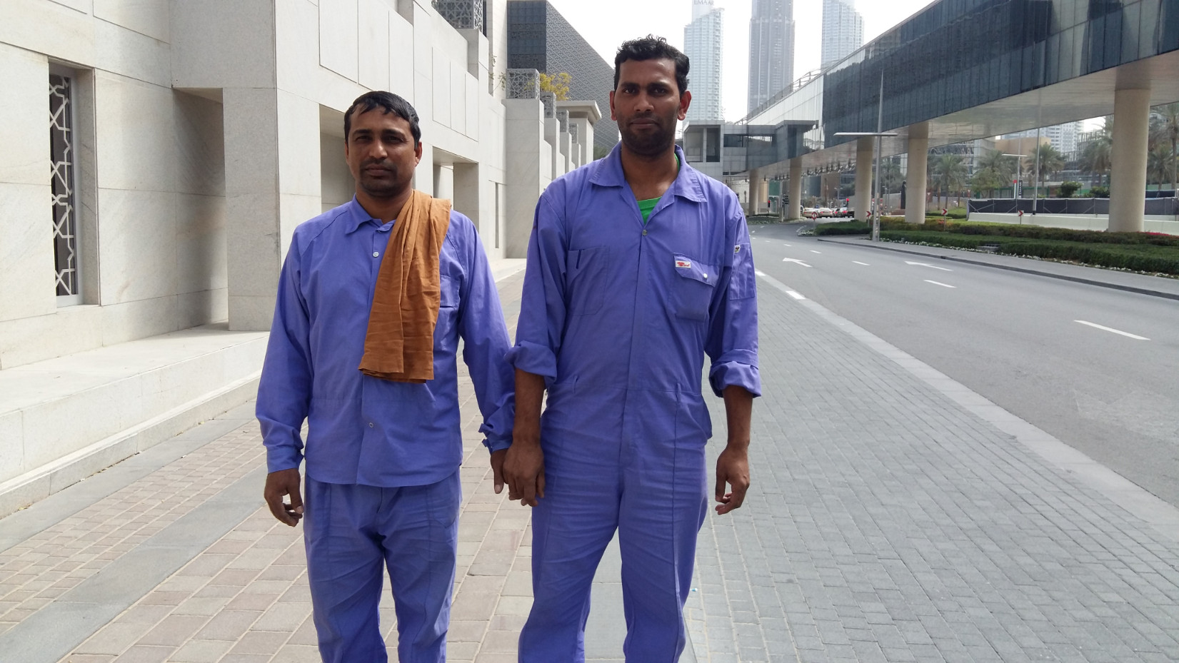 Férfiak, kézen fogva: ők is vendégmunkások és így járnak az utcán, de ez náluk a barátság jele