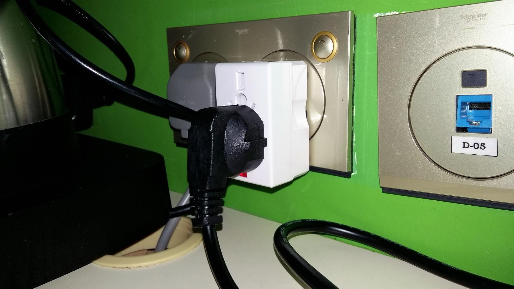 Nem európai rendszerű a hálózati csatlakozó aljzat, adaptert vagy vigyél, vagy vegyél, vagy adnak a szállodában