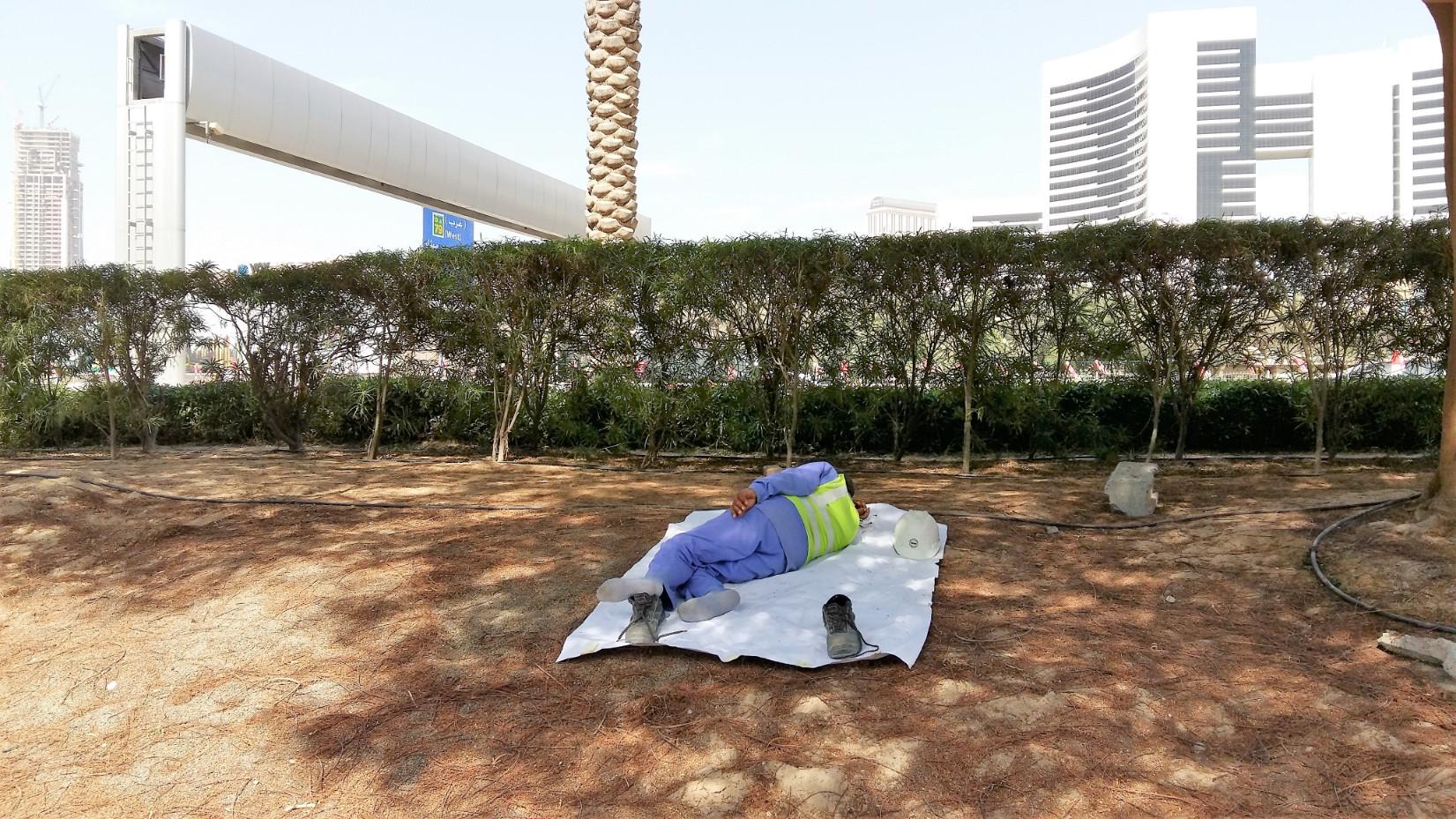 Pihenő munkás: nem lustálkodik, hanem pihenőidejét tölti