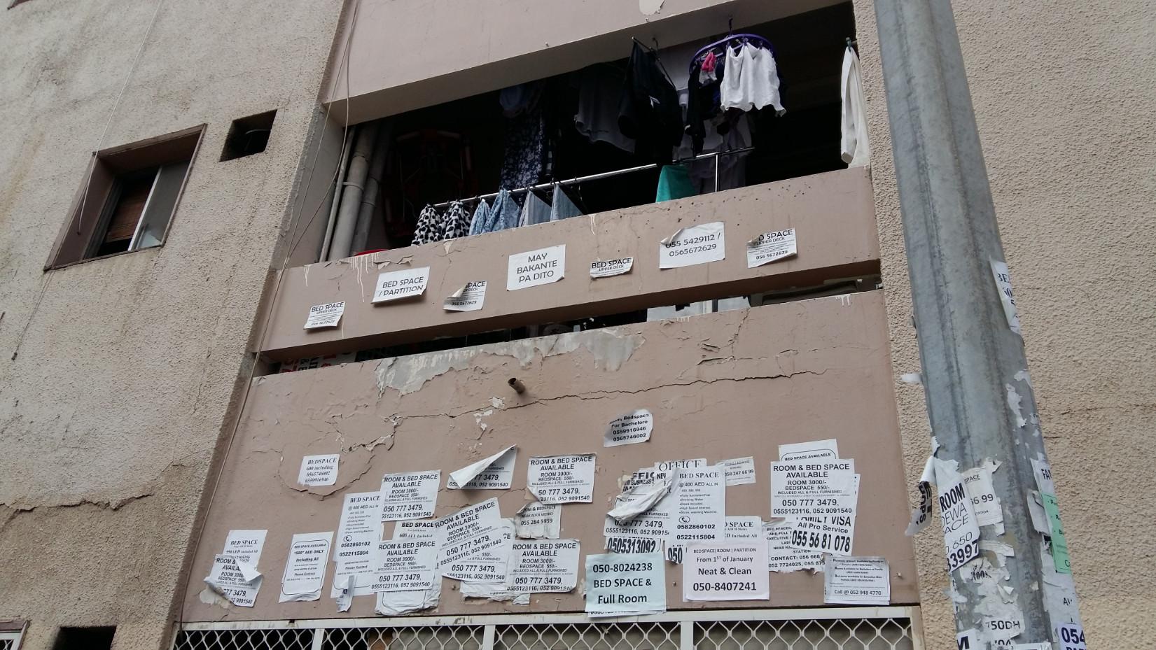 Hirdetményekkel teleragasztott falak