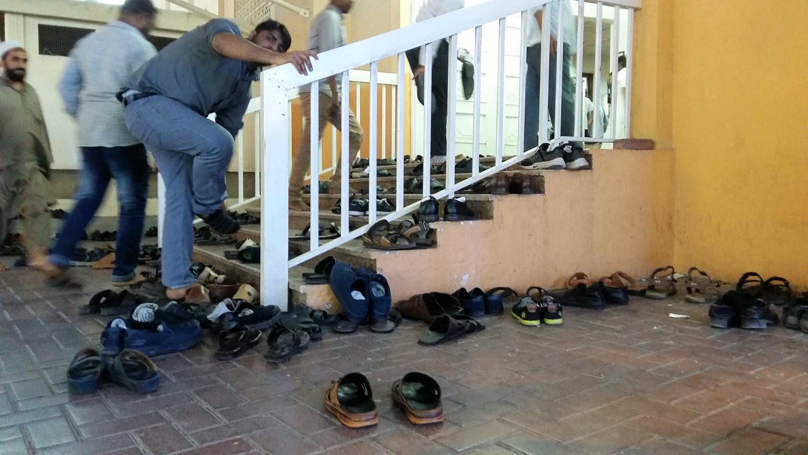 Imához sietve egy mecsetnél – a cipők kint maradnak