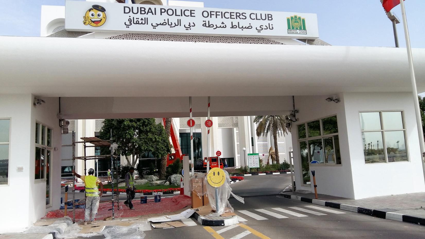 A dubaji rendőrtiszti klub bejáratánál két szmájli is fogad