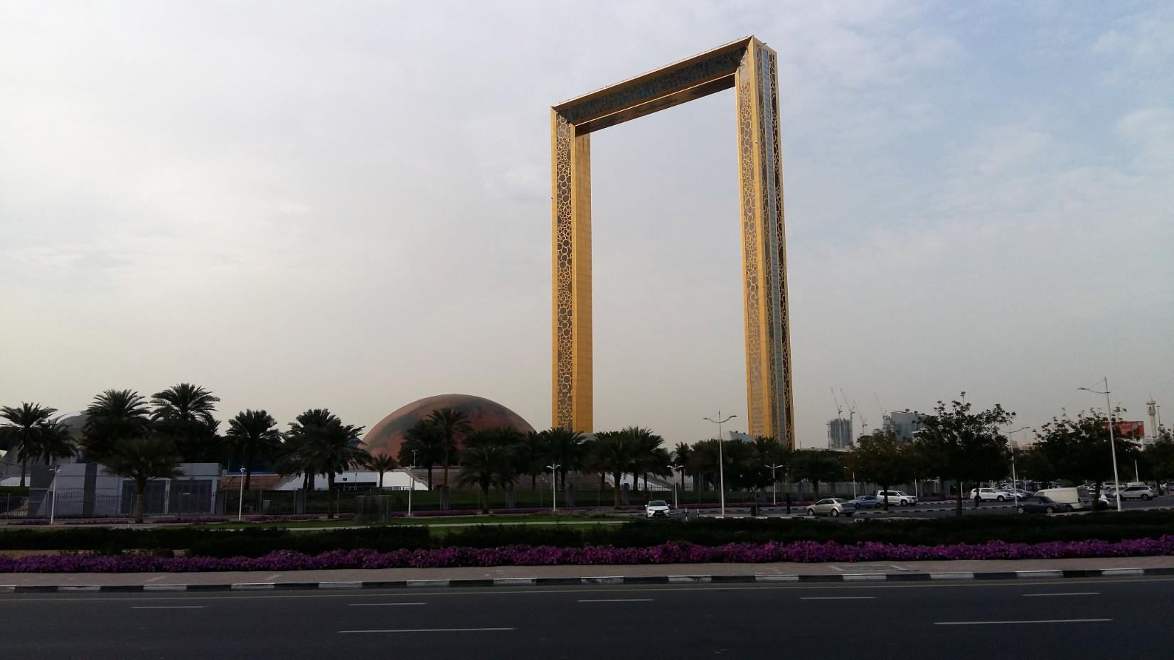 Jellemző: képkeret alakú épület, turistalátványosság, nemrég adták át, és persze fel lehet menni