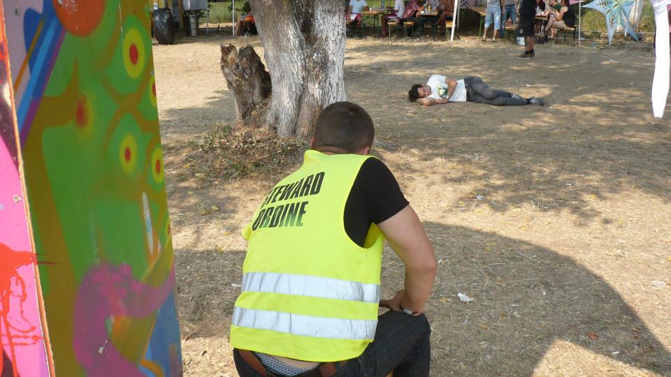 Biztonsági őr és pihenő vendég a Félszigeten
