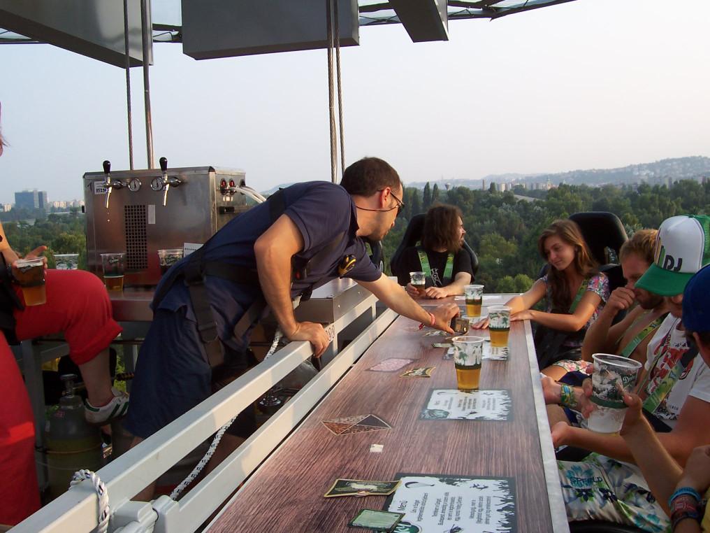 Odafent: magasba emelhető söröző a Szigeten