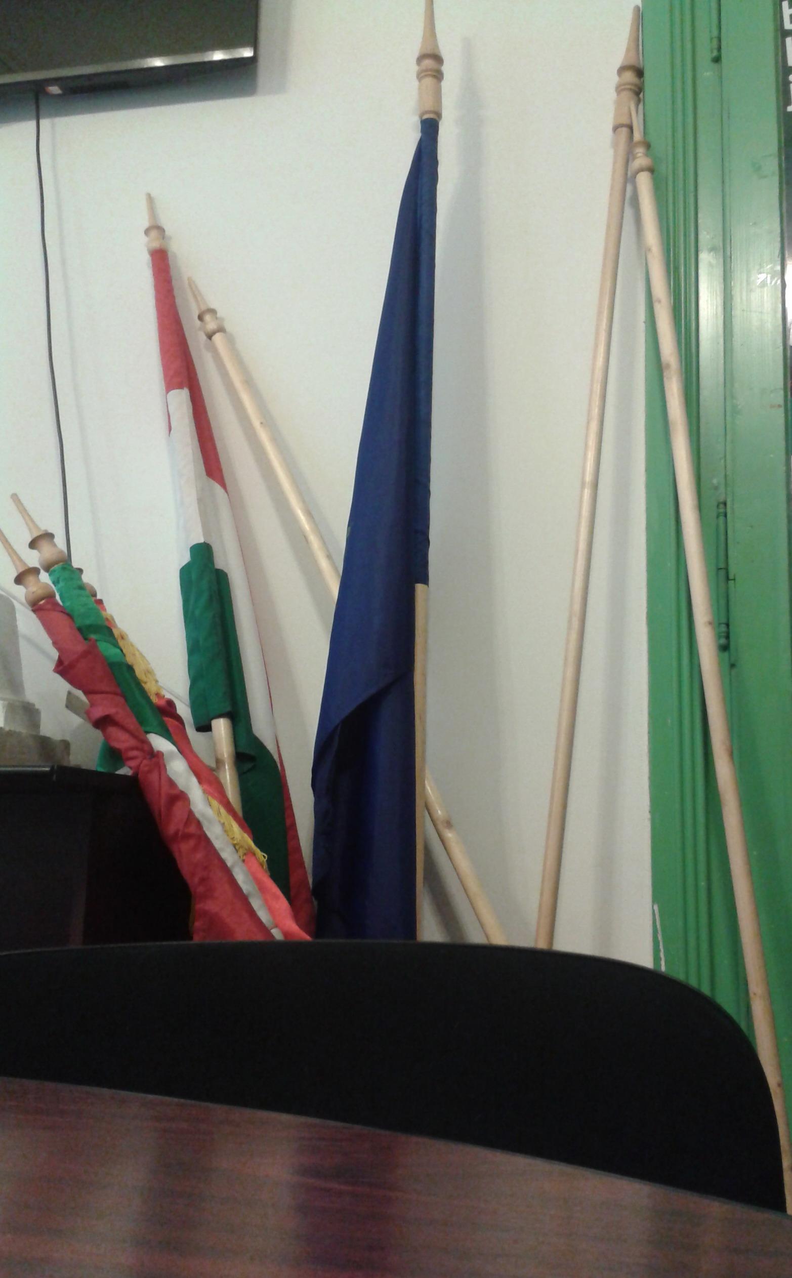 És végül: bevetésre váró kampányeszközök, az RMDSZ váradi székházában. A megfelelő szerintem a jobb szélen lévő néhány. Azokat kellene mindenféle méltatlan célokra felhasználni.