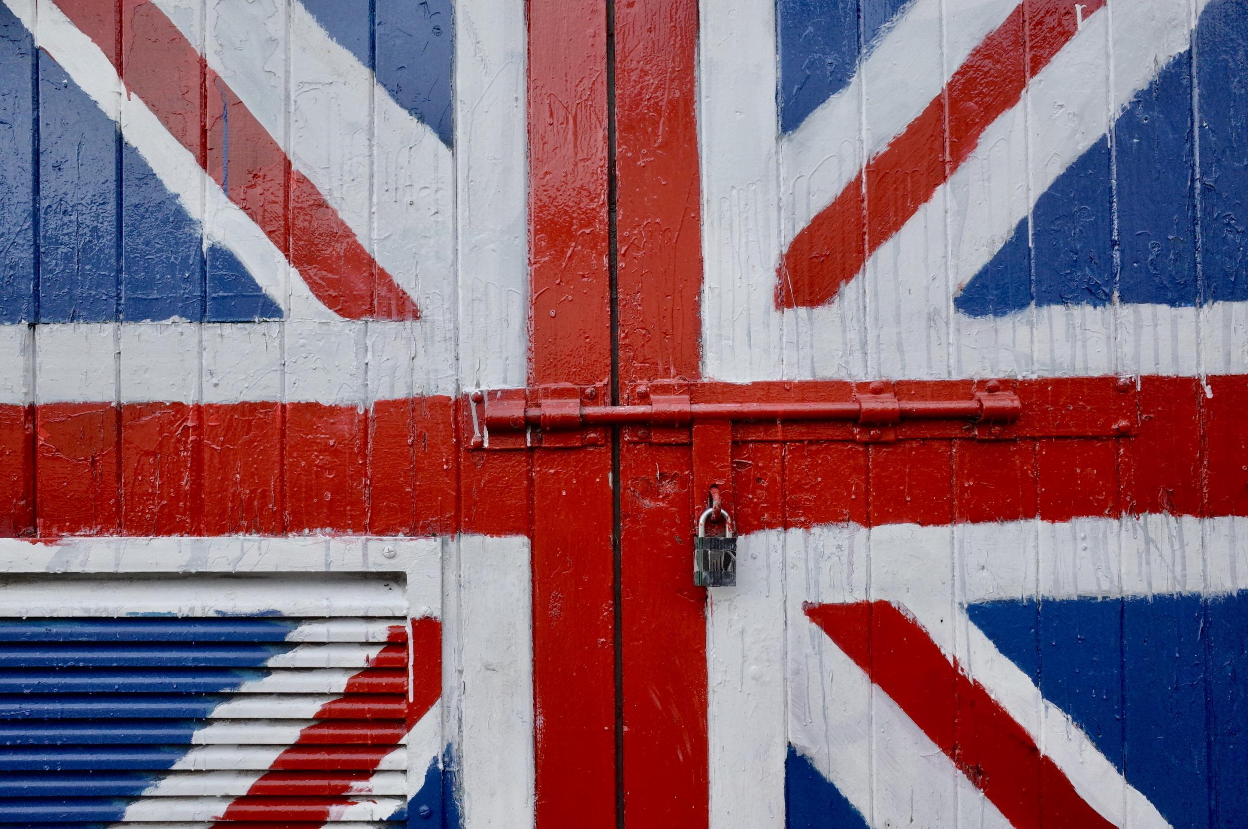 Derry, Londonderry: Lelakatolt unionista garázsajtó, a Brexit-Britannia metaforája: a kívülről jövőktől elzárja és megvédi, ami bent van. (Richard Morgan / The Independent)