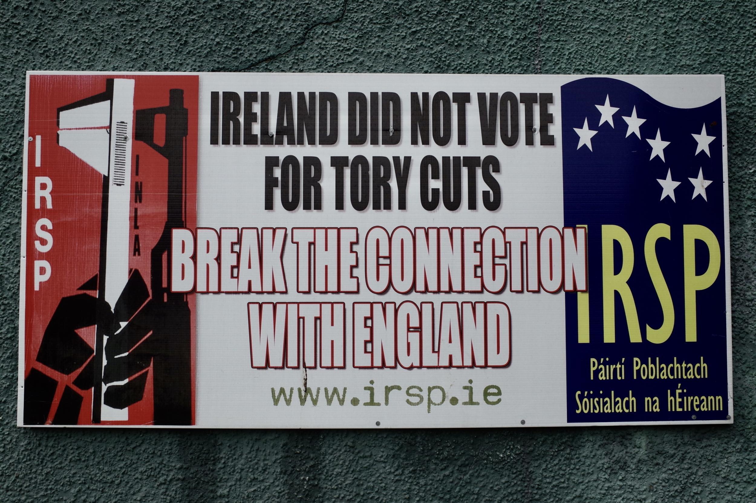 """Derry, Londonderry: """"Írország nem a toryk megszorításaira szavazott. Szakítsuk el a köteléket Angliával! Ír Forradalmi Szocialista Párt"""" – Rossville Street, az 1972-es """"véres vasárnap"""" színhelye, ahol ma is elszakadás-párti üzenetek láthatóak. Innen nézve Nagy Britannia egyszerűen csak a báránybőrbe bújt Anglia, a valódi birodalom, a gyarmati hatalom központja. (Richard Morgan / The Independent)"""