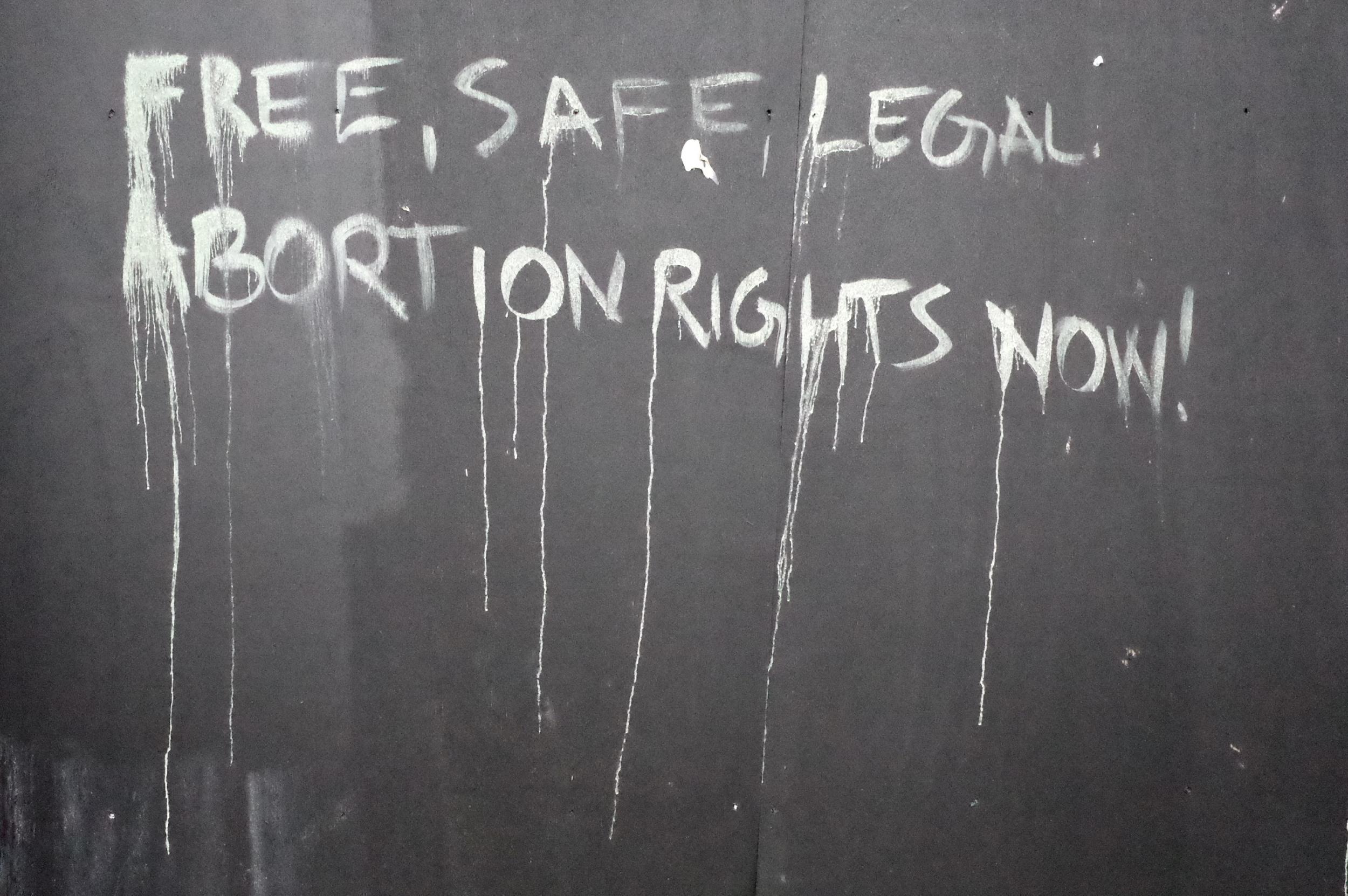 """Bangor: """"Szabad, biztonságos, legális abortuszjogokat most!"""" Egy politikai üzenet, ami még nem száradt meg, formálódik, alakul – vagy már régóta ott áll, és pusztul, olvad. (Richard Morgan / The Independent)"""