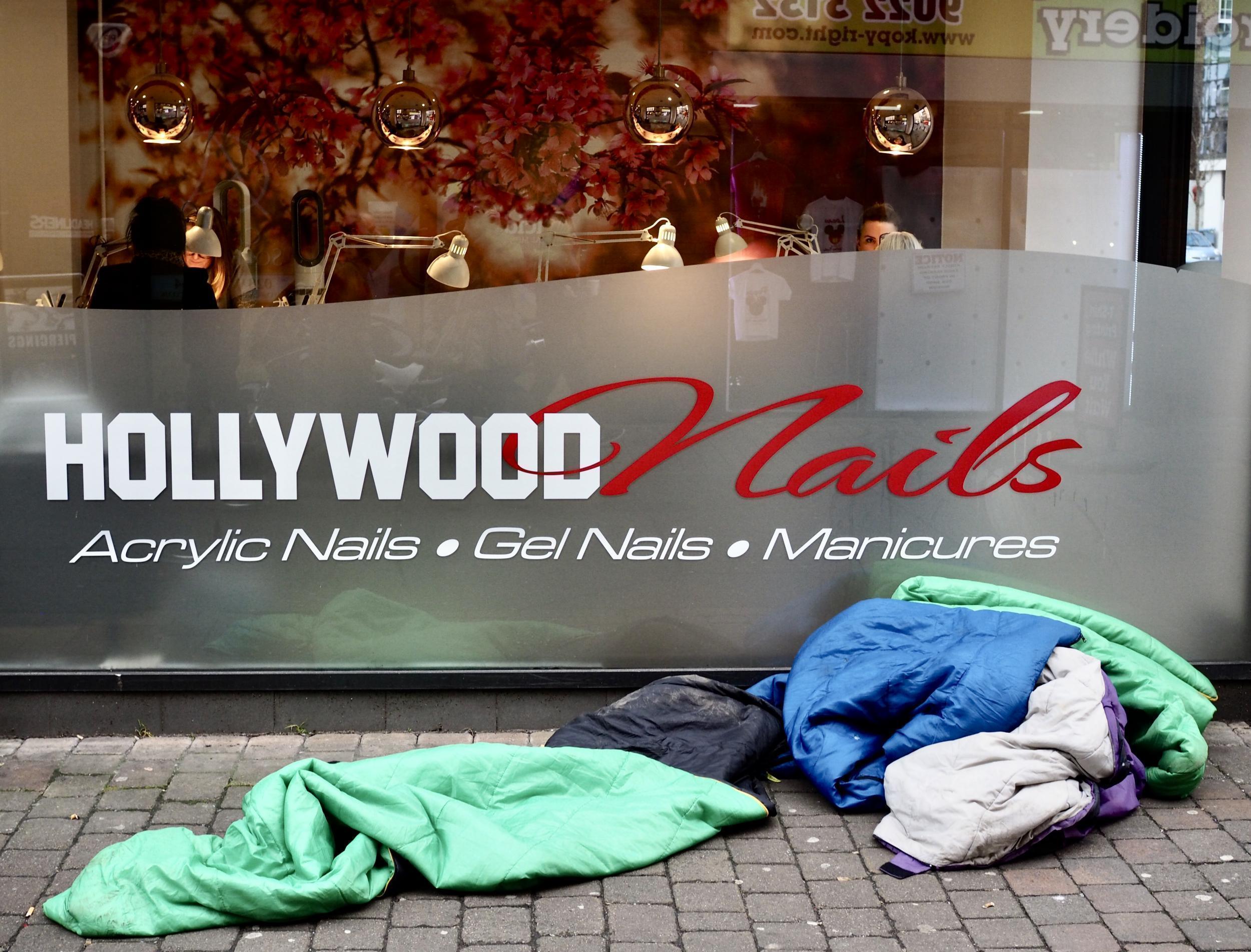 """Belfast: """"Hollywood Manikűr"""" – Két módszer a test ápolására. Az egyiket a hiúság és a szépség társadalmi igénye motiválja, a másikat meg hogy melegen tartson téli éjszakákon. (Richard Morgan / The Independent)"""