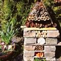 Látványos és hasznos kerti dekoráció - a bogárhotel
