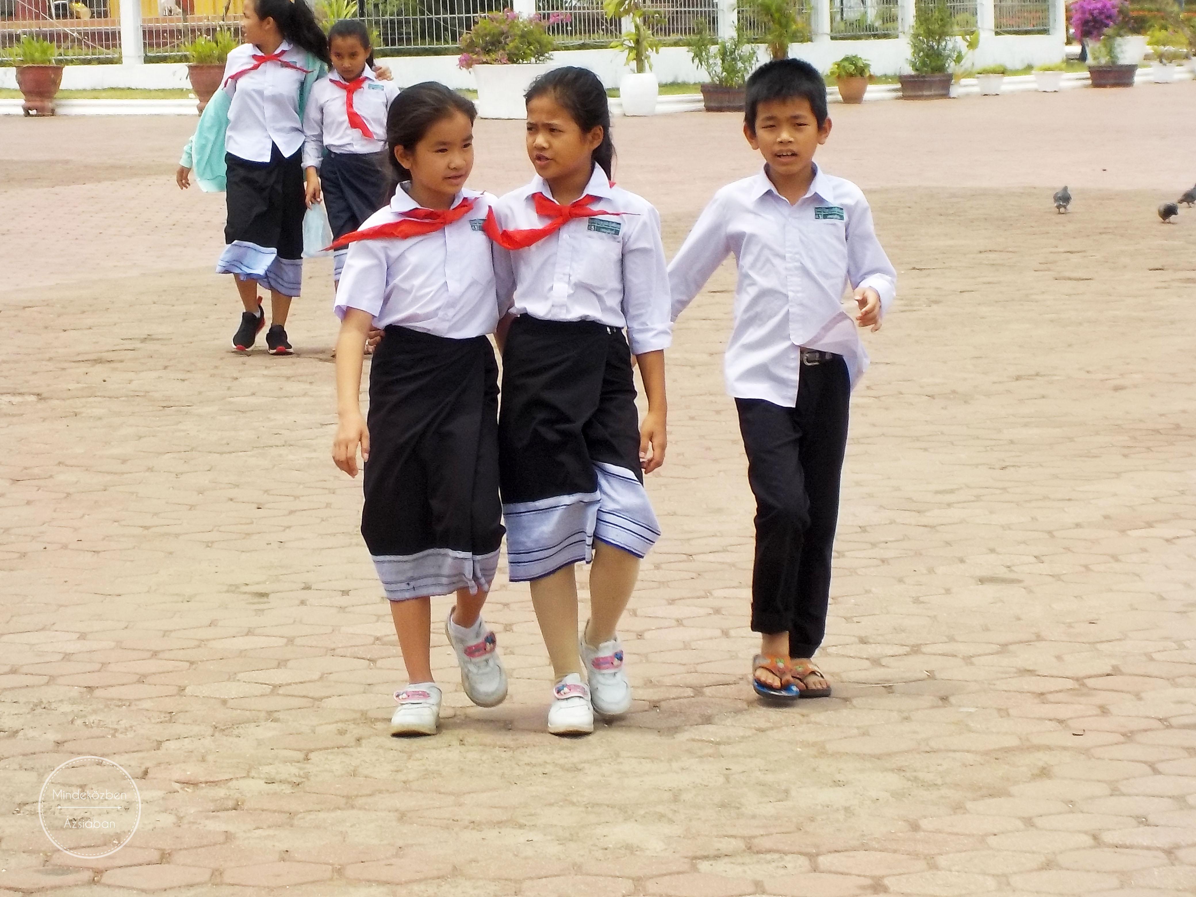 Egyenruhás iskolások.