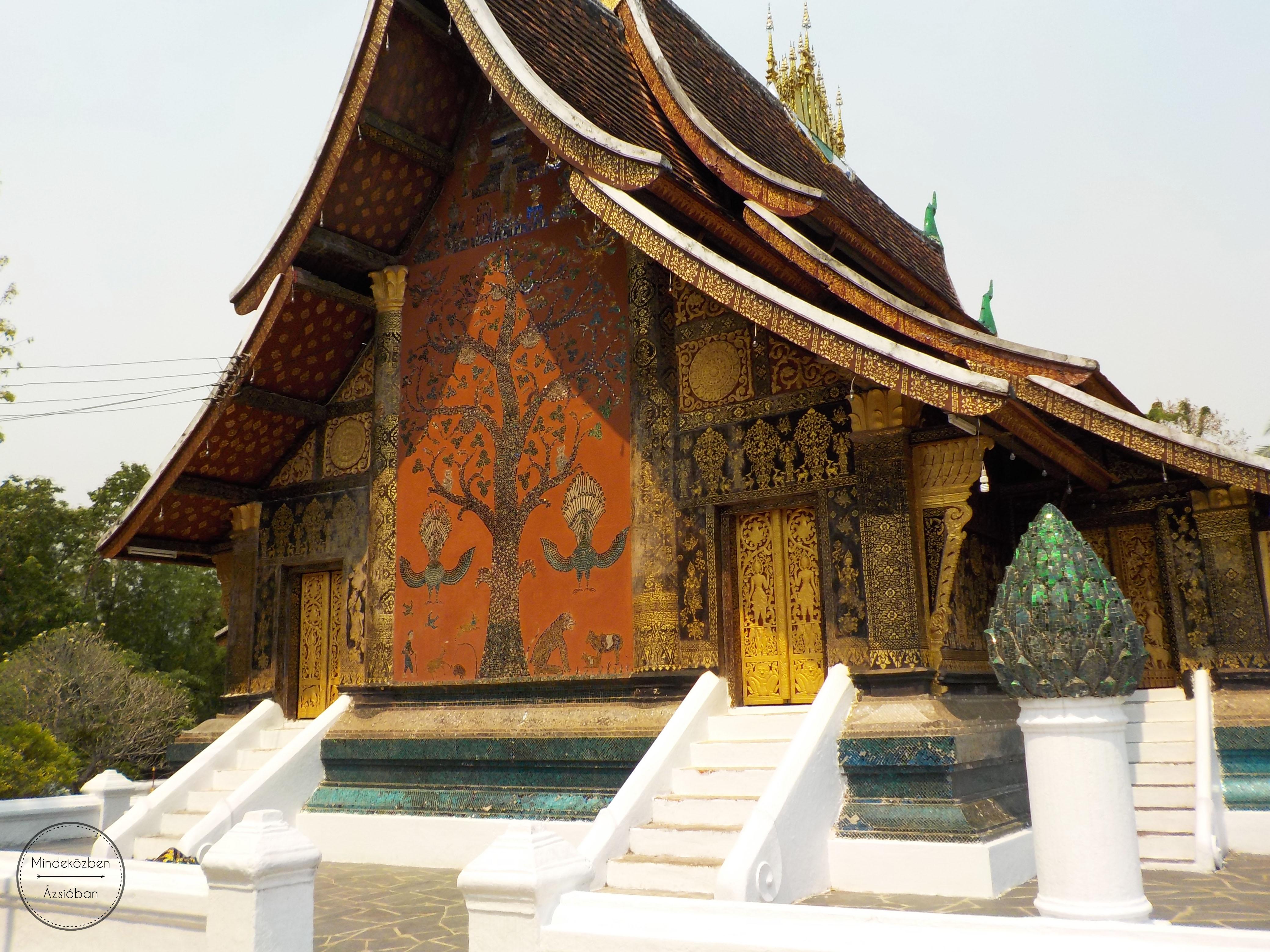 Gyönyörű mozaikkal díszített templomok vakítanak a déli napsütésben.