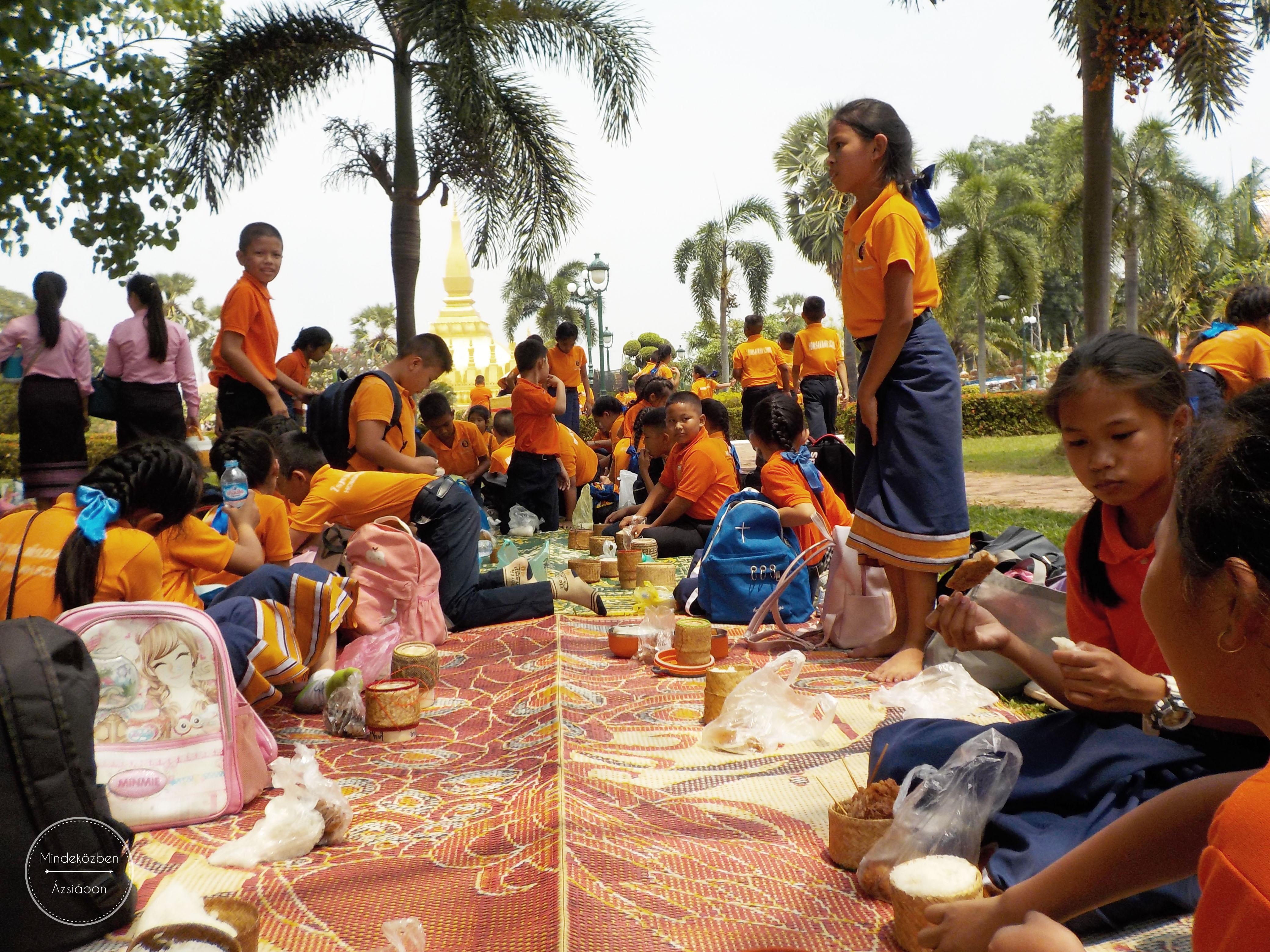 Ebédszünet az iskolásoknak. Laoszban nagyon cukin mindenkinek van saját rizses dobozkája. Most már végre nekünk is!