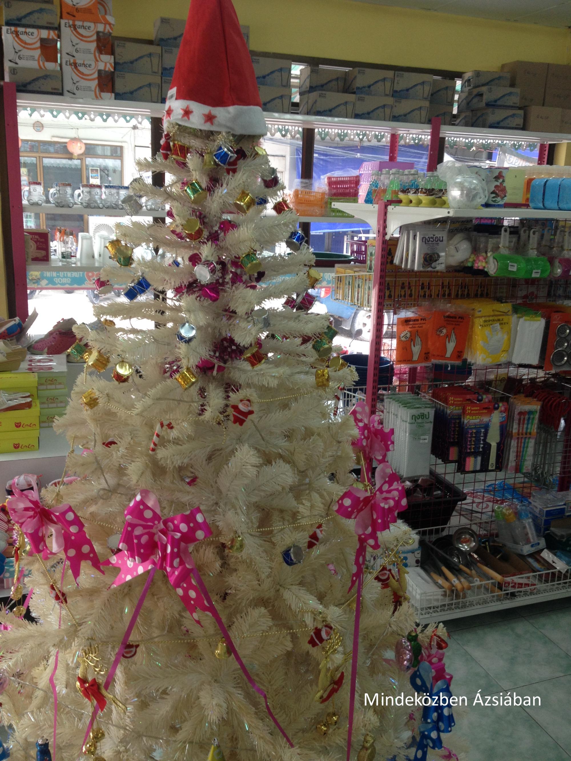 A helyi százforintos bolt is hatalmas színkavalkádnak örvend, ahol röpke 16.000 forintért árulják a giccses fenyőket.
