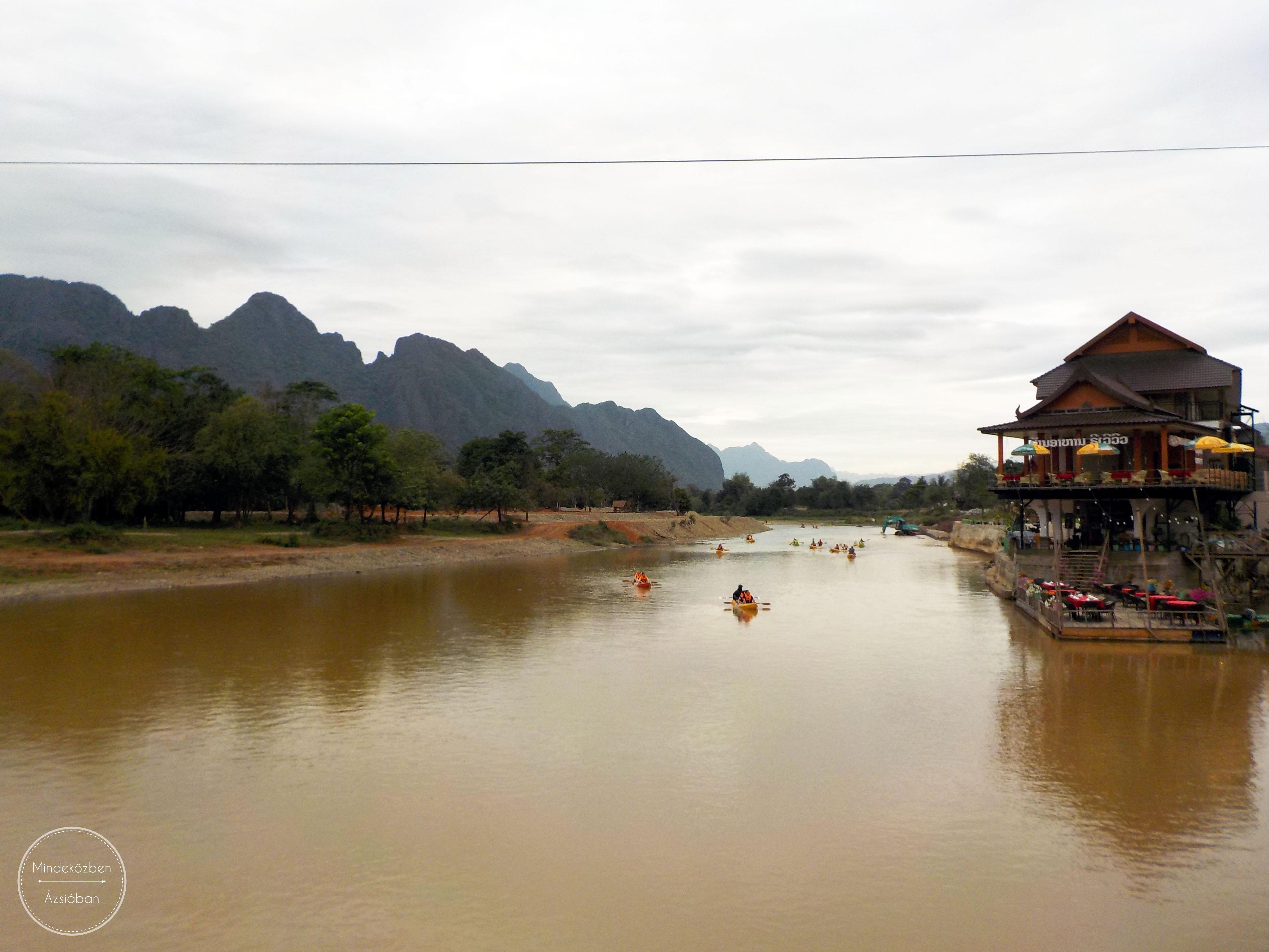 Sorban esnek bele a vidám evezők a folyóba.