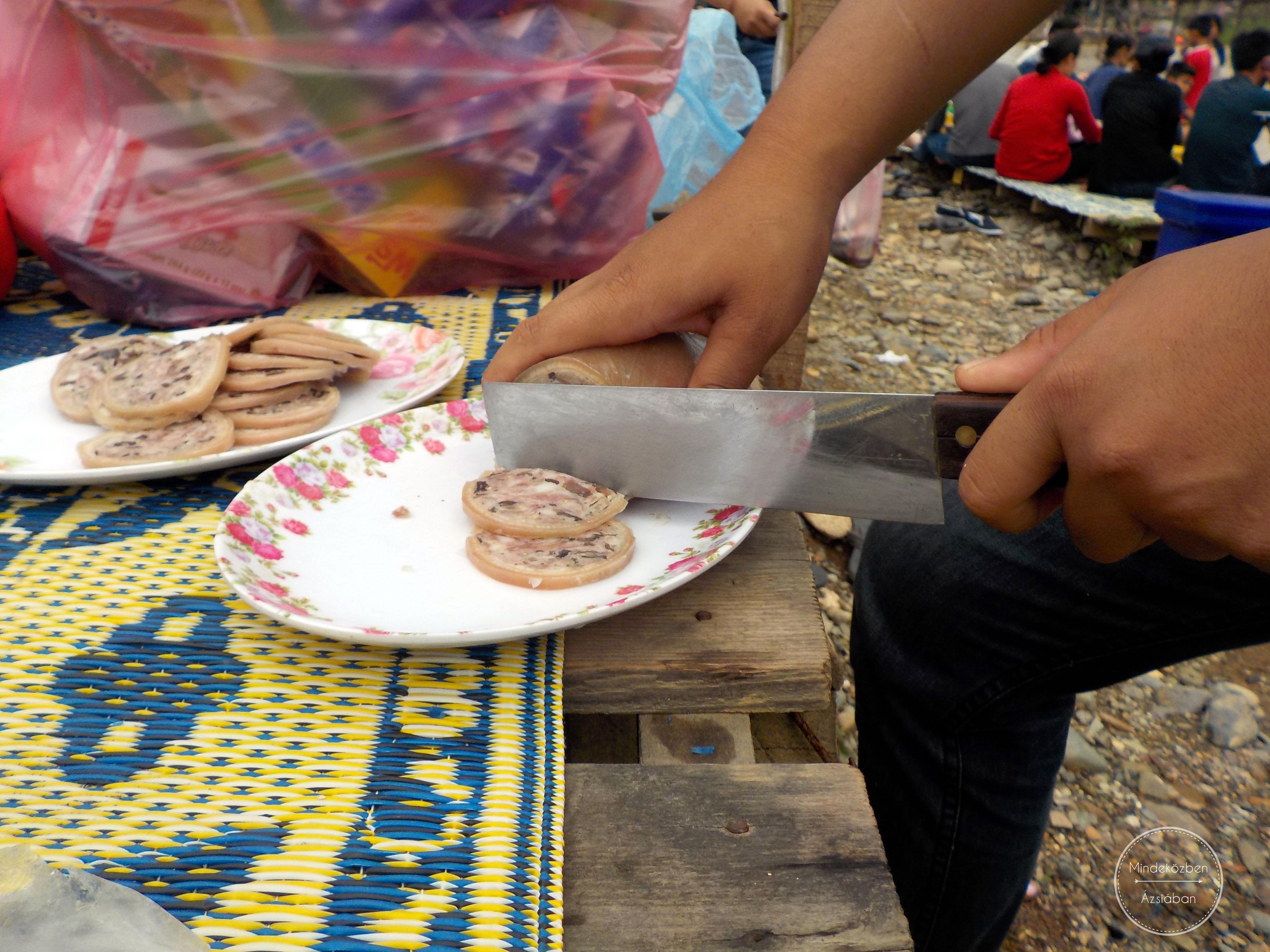 Az idegeneket azonnal megkínálják a helyiek különböző finom csemegékkel.