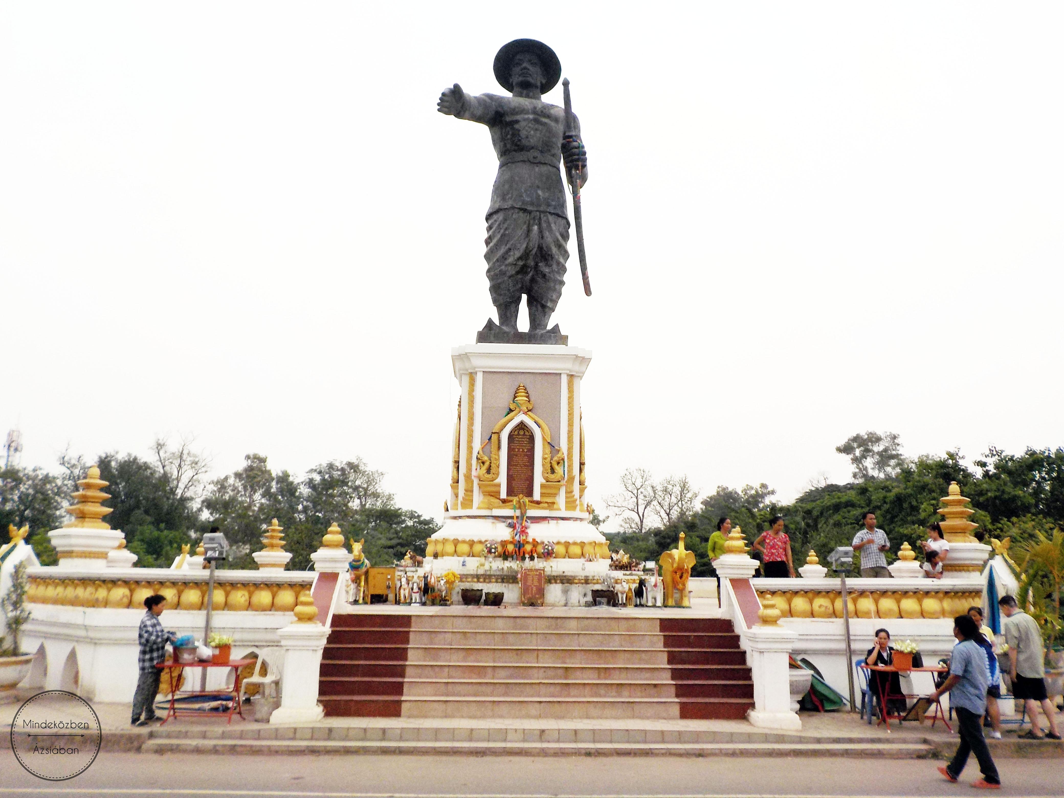 Chao Anouvong király szobra Thaiföld felé tartja kézfogásra a karját.