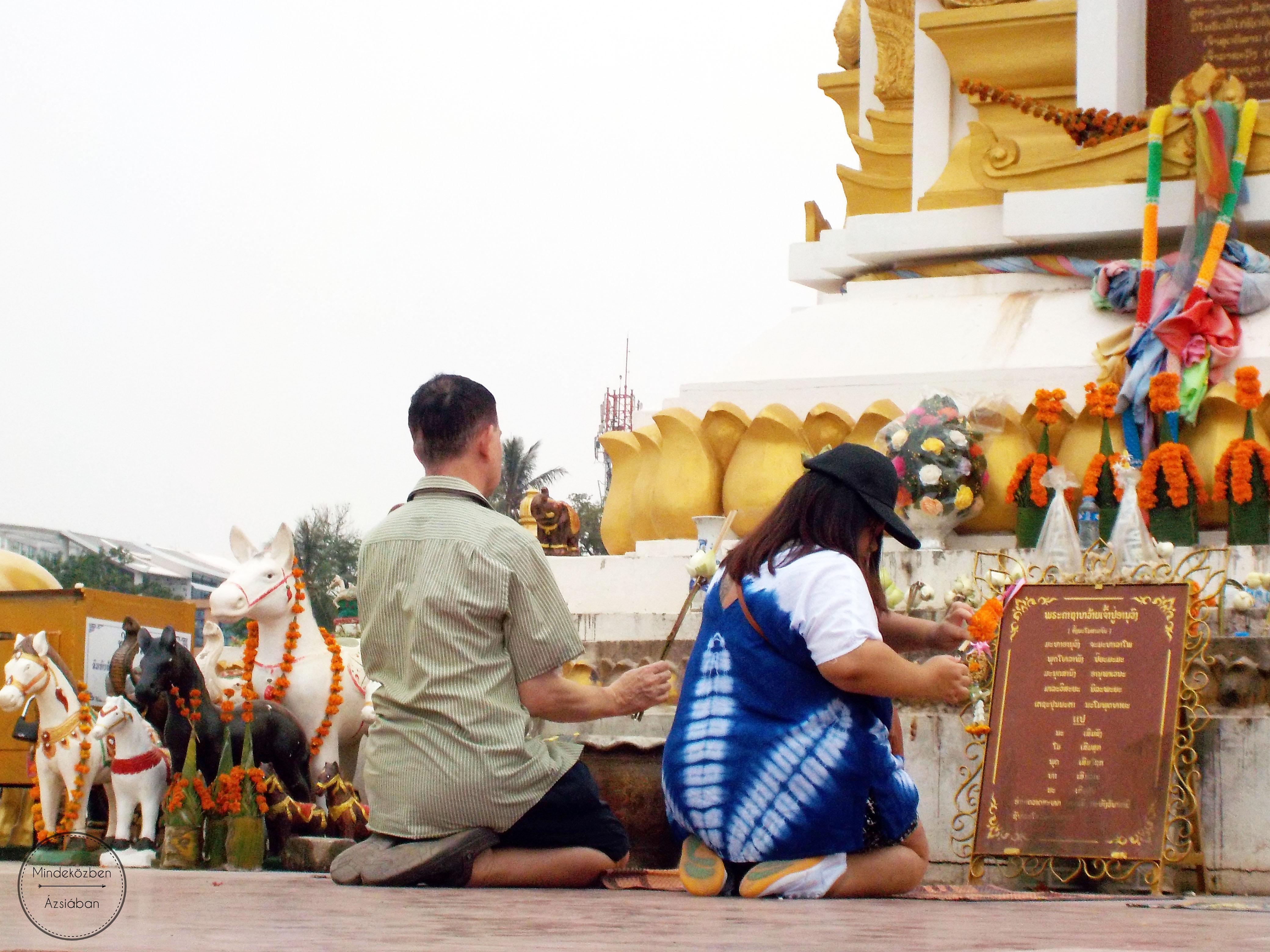 Chao Anouvong lábánál imádkozó helyiek.
