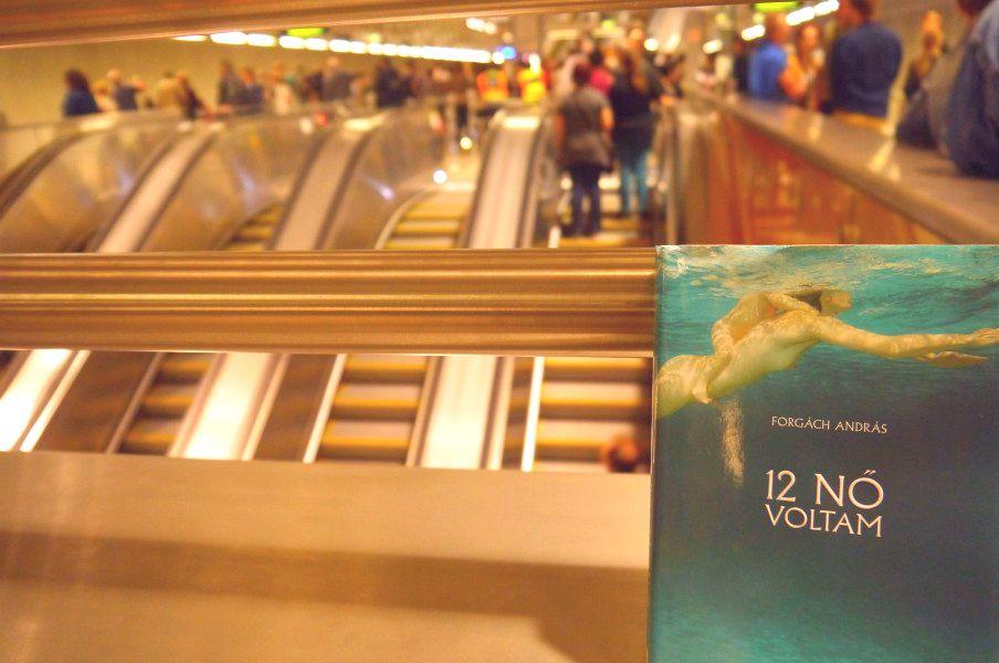 metró könyv színes mozgólépcső.jpg