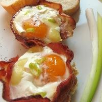 Muffintepsiben készült ham and eggs