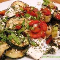 Kecskesajtos mentás cukkini saláta