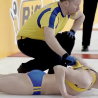 Ember-curling csupaszmellkassal