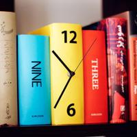 Rejtett óra a könyvespolcon
