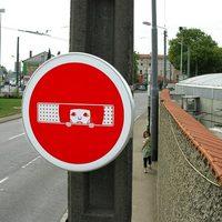 Kamu KRESZ táblák az utcákon