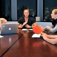 Tárgyalóasztalon pingpongozni