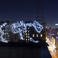 Gigantikus fényfestett dinoszaurusz