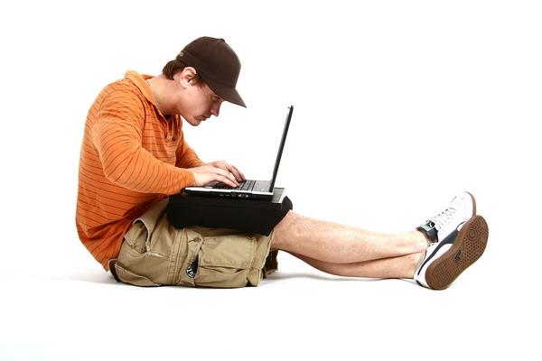 Nem csúszik, nem melegszik és nem nyomja szét a lábad a kényelmes laptoppárna