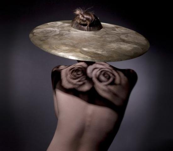 Fény-árnyék rózsás kalap