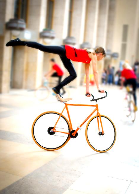Pénteki bringás csaj akrobatikus bringázás