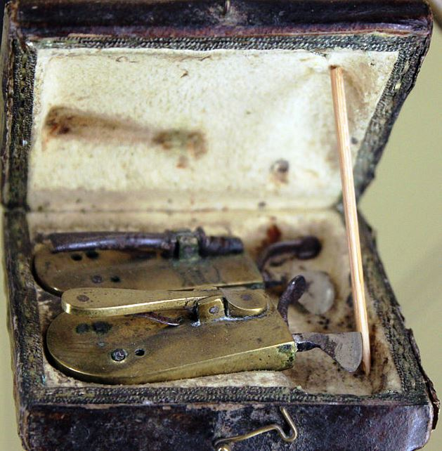 1802_Barber_Surgeons_Bloodletting_Set_anagoria.JPG