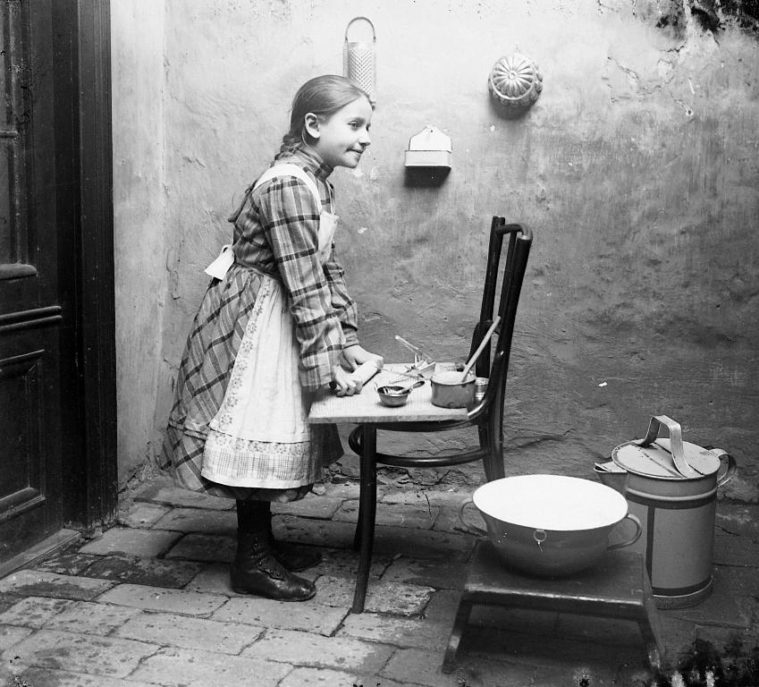 Lány főzni tanul századelő1.jpg