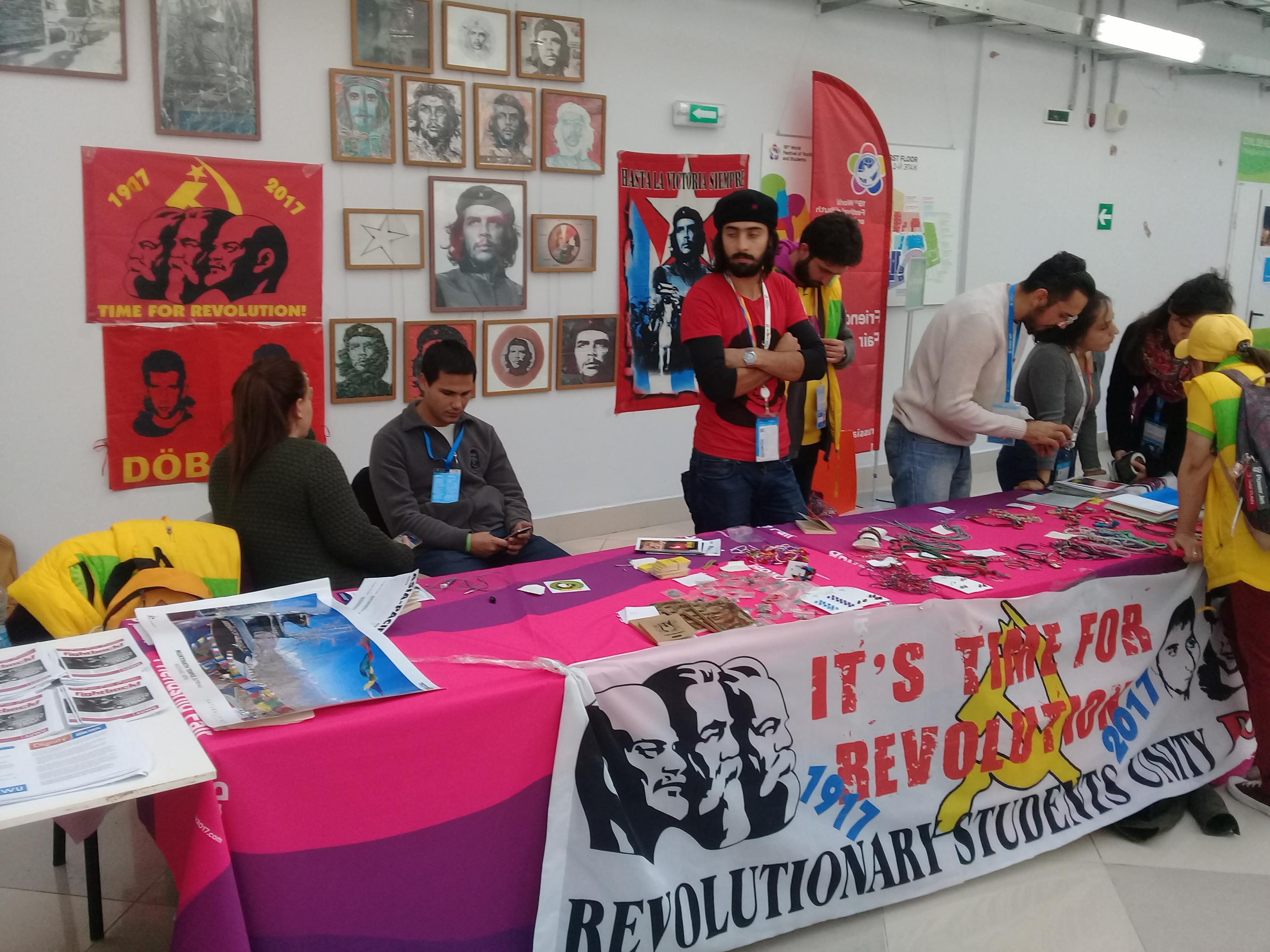Itt az ideje a forradalomnak - hirdeti a kubai stand