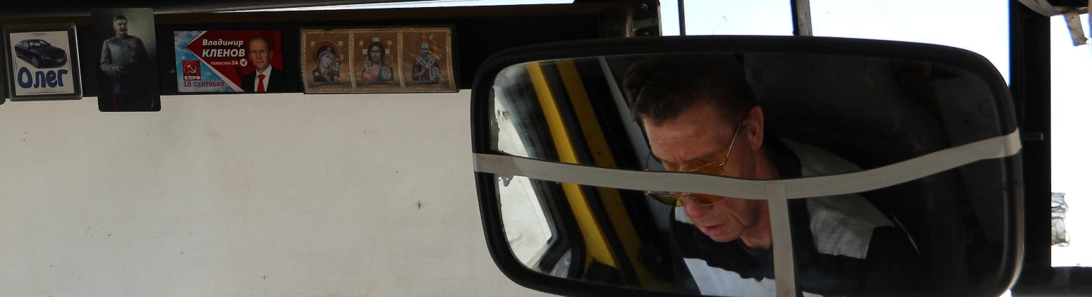 Egy keményvonalas buszsofőr.