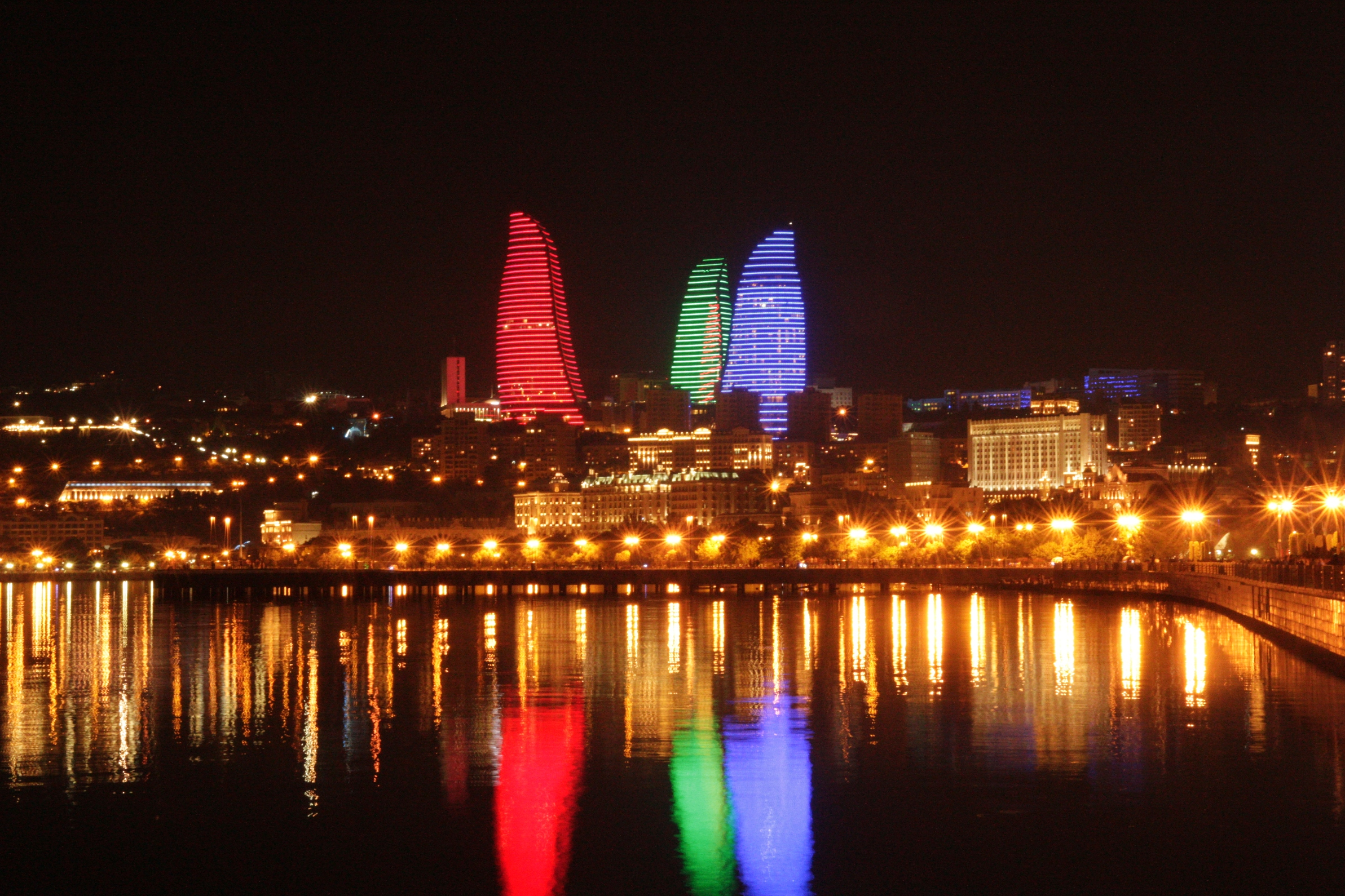 Ezek éjszaka különböző színekben világítanak, vagy épp valamilyen animációt jelenítenek meg, mint pl. lángok, azeri zászlót lengető alakok