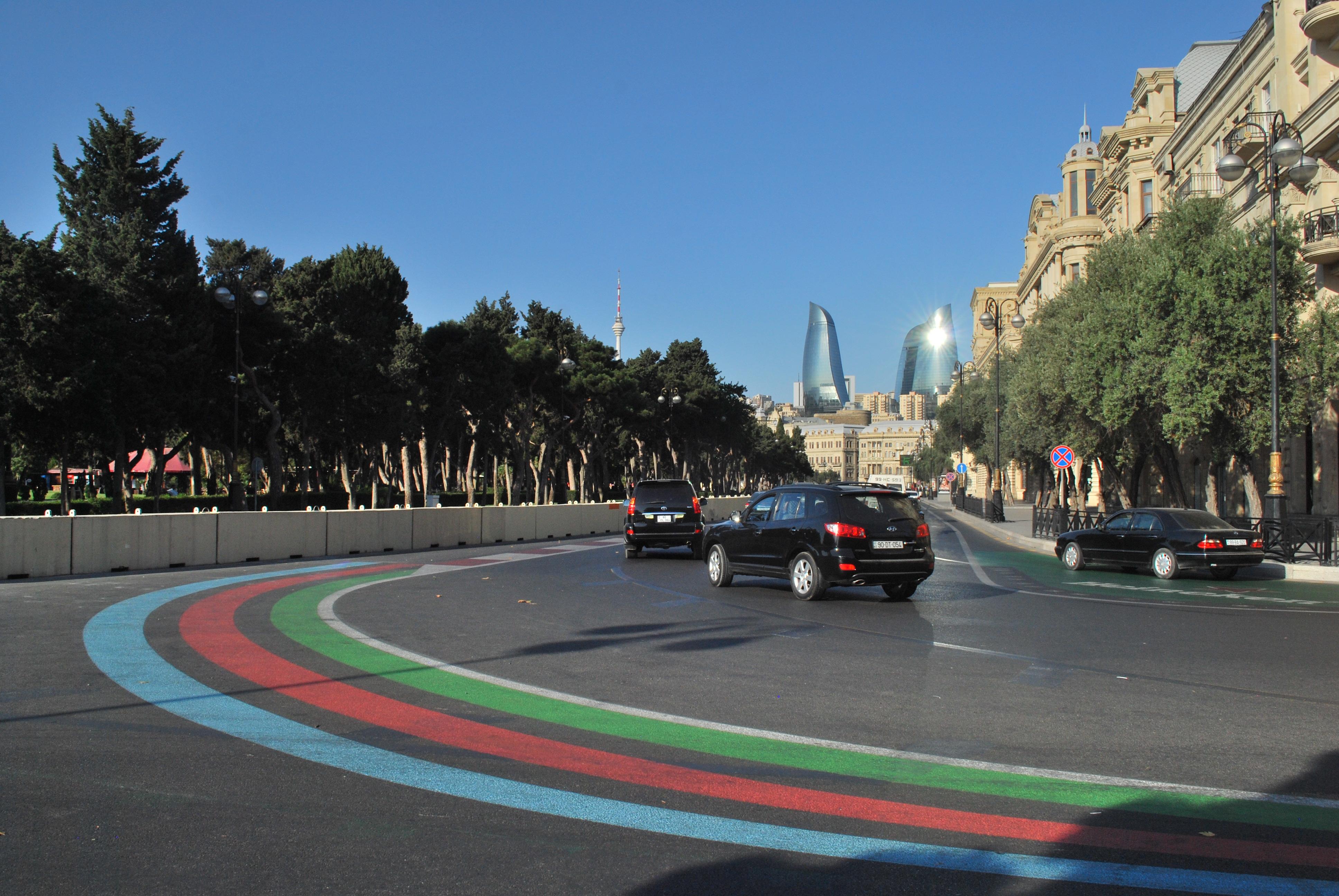 Iszonyatosan hosszú és széles utak vannak Bakuban. Ez tökéletesen alkalmassá teszi, hogy forma-1es nagydíjat rendezzenek itt, de ha gyalogosként át akarsz kelni az út másik felére, akkor kilométereket kell gyalogolnod, mire találsz egy zebrát. Vagy átrohansz, de a forgalom tényleg nagy, szóval várhatsz a jó pillanatra...