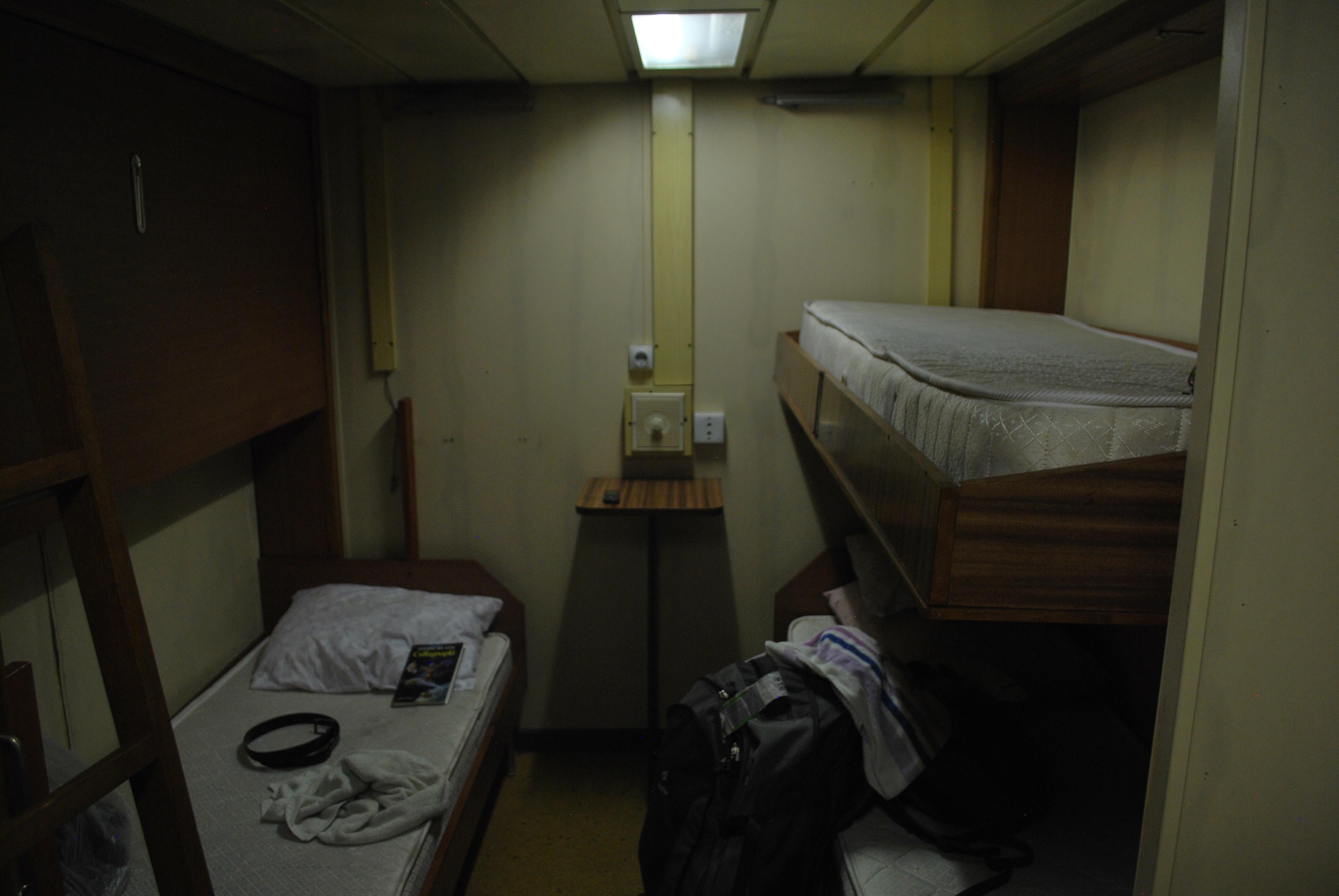 Na ez volt a szobánk. Sokáig kellene gondolkoznom magamban, ha meg kellene mondanom, hogy szálltam-e meg már rosszabb helyen.