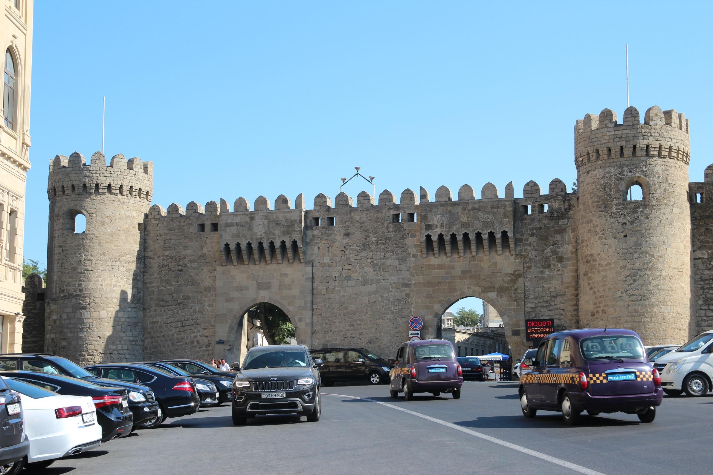 A történelmi belváros kapuja, ami mellett fut az azeri forma-1-es futam is