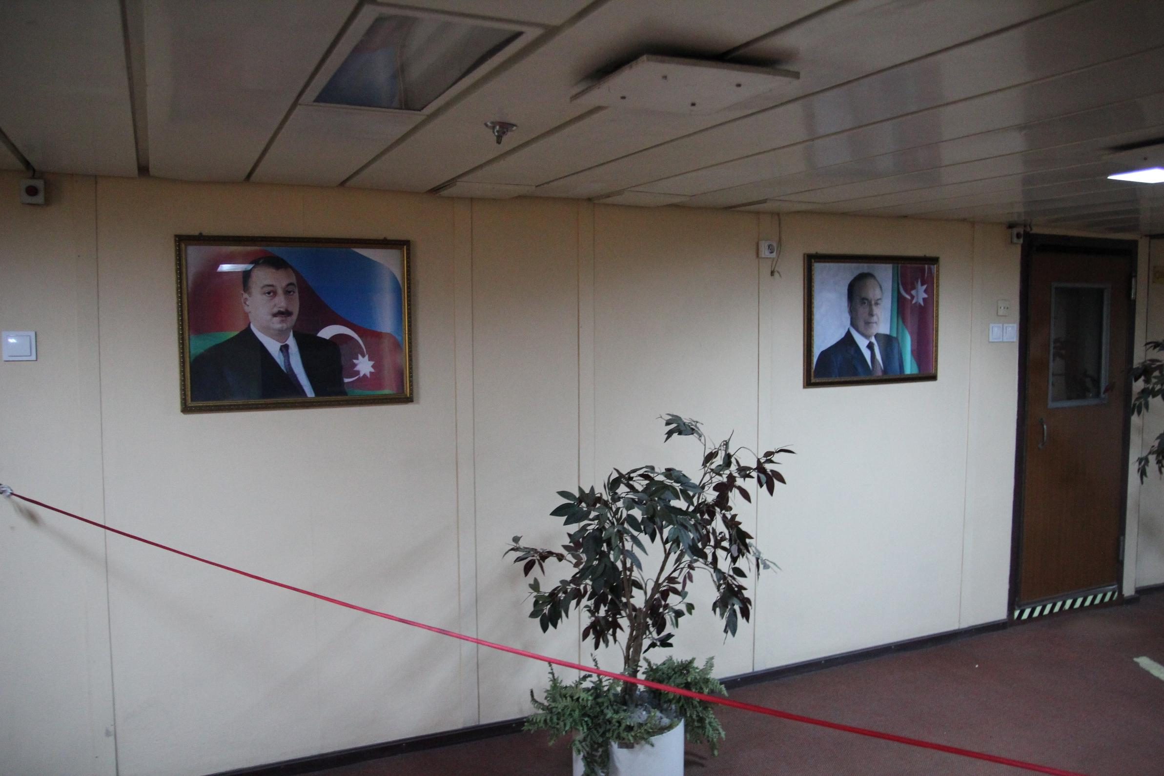 A főnök és az apja képével sokfelé lehet találkozni Azerbajdzsánban.