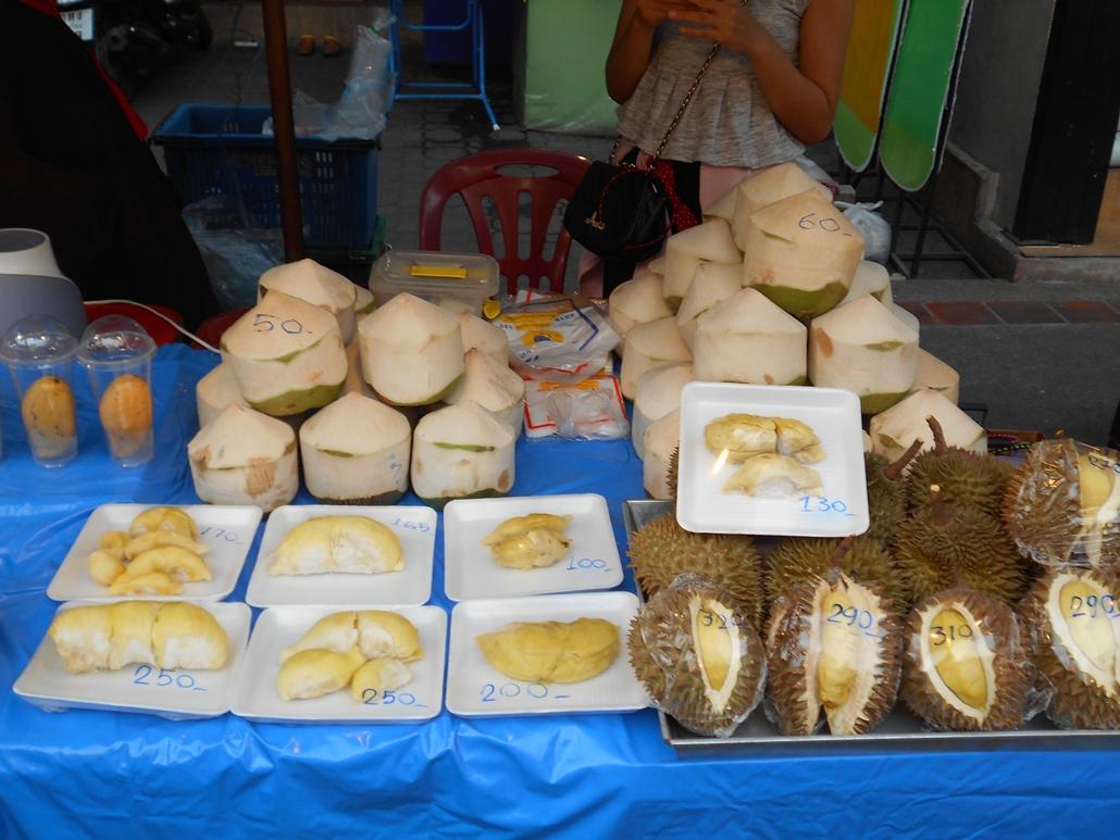 A jobb alsó sarokban a durián, ami állítólag a legfinomabb gyümölcs a világon.